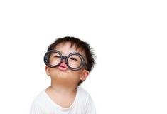 Leuk weinig kind met glasglimlach stock fotografie