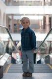 Leuk weinig kind in winkelcentrum status Stock Foto