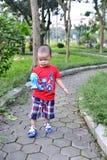 Leuk weinig kindjongen die in het park lopen Stock Fotografie