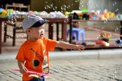 Leuk weinig kindjongen met zeepbel Stock Afbeeldingen