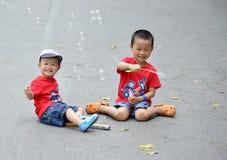 Leuk weinig kindjongen met zeepbel Royalty-vrije Stock Fotografie