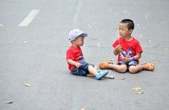 Leuk weinig kindjongen met zeepbel Stock Foto's