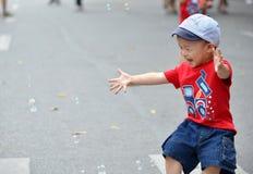 Leuk weinig kindjongen met zeepbel Stock Afbeelding