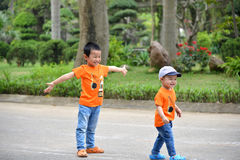 Leuk weinig kindjongen op aard Royalty-vrije Stock Foto's