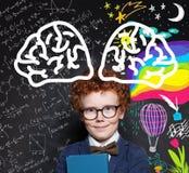 Leuk weinig kindjongen op bord met wetenschapsformule en de kunstpatroon van de handtekening stock foto