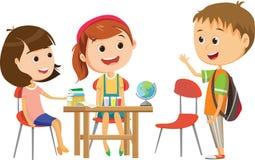 Leuk weinig schoolmeisje die op één van haar klasgenoten bij het bureau te het bestuderen wachten royalty-vrije illustratie