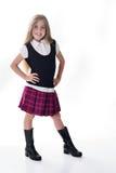 Leuk weinig schoolmeisje in purple stock foto