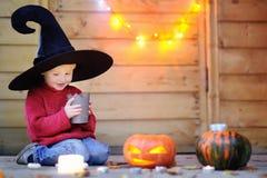 Leuk weinig tovenaar met hefboom-o-lantaarns Halloween-decoratie Stock Foto