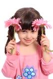 Leuk weinig vier éénjarigenmeisje met madeliefjes Royalty-vrije Stock Foto