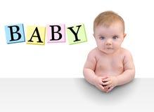 Leuk Weinig Zitting van de Baby bij Lijst aangaande Wit royalty-vrije stock foto's