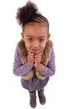 Leuk weinig zwart meisje dat omhoog kijkt Stock Foto's