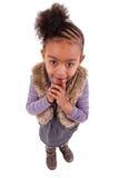 Leuk weinig zwart meisje dat omhoog kijkt Royalty-vrije Stock Afbeeldingen