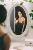 Leuk wijfje die in de spiegel kijken royalty-vrije stock foto's