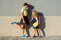 Leuk zustersschoolmeisje in eenvormige school Royalty-vrije Stock Foto's