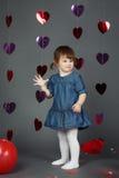 Leuke aanbiddelijke grappige witte Kaukasische meisjepeuter in studio Stock Foto