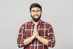 Leuke aantrekkelijke jonge mens met het bedelen van uitdrukking en gebaar royalty-vrije stock fotografie