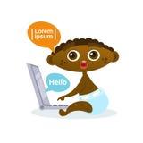 Leuke Afrikaanse Amerikaanse Babyjongen die Laptop Gelukkige het Beeldverhaalzuigeling die van de Computerpeuter in Luier gebruik Royalty-vrije Stock Afbeeldingen