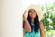 Leuke Afrikaanse Amerikaanse vrouw die met zonhoed glimlachen Royalty-vrije Stock Foto's