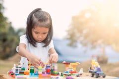Leuke Aziaat weinig kindmeisje die met kleurrijke blokken spelen Royalty-vrije Stock Afbeelding