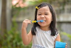 Leuke Aziatische jong geitje het borstelen tanden stock afbeelding