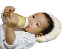 Leuke Aziatische meisjesconsumptiemelk van fles Stock Afbeelding