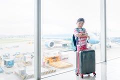 Leuke Aziatische tribune met bagage in luchthaven Royalty-vrije Stock Fotografie