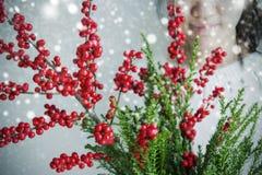 Leuke Aziatische verticillata van de vrouwenholding ilex of winterberry Royalty-vrije Stock Afbeelding
