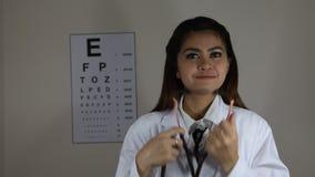 Leuke Aziatische Vrouwelijke Arts Use een stethoscoop stock video