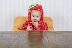 Leuke baby in aardbeikostuum royalty-vrije stock afbeeldingen