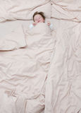 Leuke baby in bed Stock Fotografie
