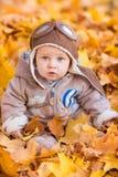 Leuke baby in de herfstbladeren Royalty-vrije Stock Afbeeldingen