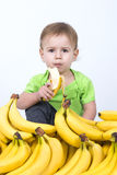 Leuke baby die banaan eten Royalty-vrije Stock Afbeeldingen