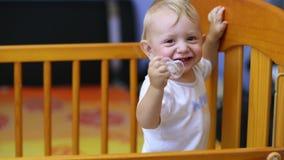 Leuke baby die en zijn eerste tanden tonen lachen stock footage
