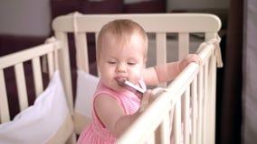 Leuke baby die mobiele telefoon eten Slimme mobiel gadged in voederbak stock video