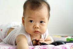 Leuke baby die op de vloer liggen royalty-vrije stock fotografie