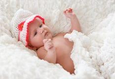 Leuke baby die op het bed ligt Stock Afbeelding