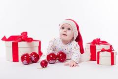 Leuke baby die op zijn maag in een Nieuwjaar ` s GLB liggen onder Christm Royalty-vrije Stock Fotografie
