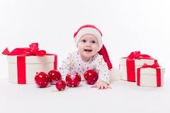 Leuke baby die op zijn maag in een Nieuwjaar ` s GLB liggen onder Christm Stock Foto's