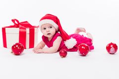 Leuke baby die op zijn maag in een Nieuwjaar ` s GLB liggen onder Christm Stock Foto