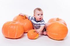 Leuke baby die op zijn maag op een witte achtergrond met inbegrip van p liggen stock foto
