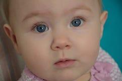 Leuke baby die roze dragen stock foto