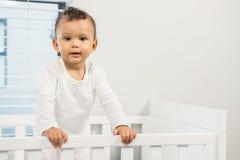 Leuke baby die zich in de voederbak bevinden royalty-vrije stock afbeelding