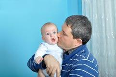 Leuke baby en vader stock foto's