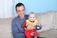 Leuke baby en vader Stock Afbeeldingen