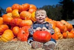 Leuke baby-jongen die een pompoen houdt Royalty-vrije Stock Foto