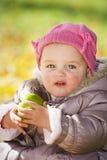 Leuke baby met appel Stock Afbeeldingen