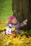 Leuke baby met appel Stock Afbeelding
