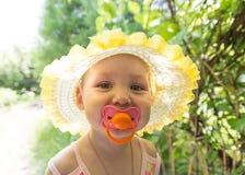 Leuke baby met een fopspeen in de zon Royalty-vrije Stock Afbeelding