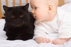 Leuke baby met kat Stock Afbeeldingen