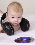 Leuke baby met oortelefoons Stock Afbeelding